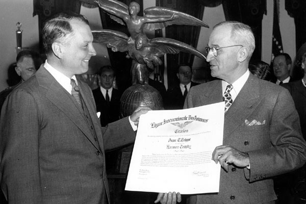 President Harry Truman presents Pan Am President Juan T. Trippe with the Harmon Trophy, 1946